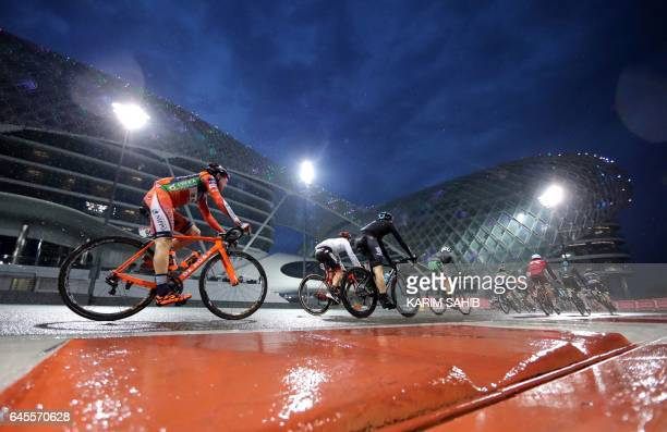 The peloton rides during the final Yas Island stage of the Tour of Abu Dhabi, on February 26, 2017. / AFP PHOTO / KARIM SAHIB