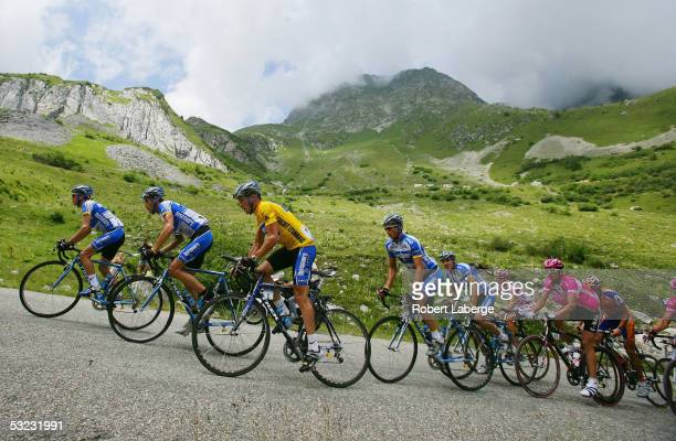 The peloton with Lance Armstrong of the USA riding for the Discovery Channel cycling team in the yellow jersey and Andreas Kloden of Germany riding...