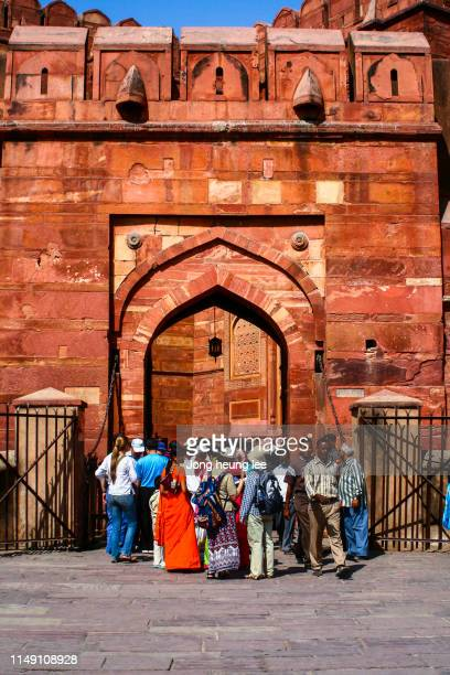 the people at the gate of agra fort, india. - jong heung lee stock pictures, royalty-free photos & images