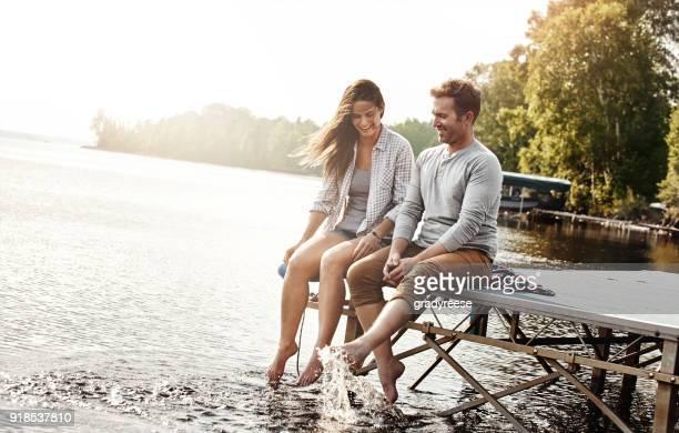 die perfekte romantische kulisse, mit freundlicher genehmigung von natur - bootssteg stock-fotos und bilder