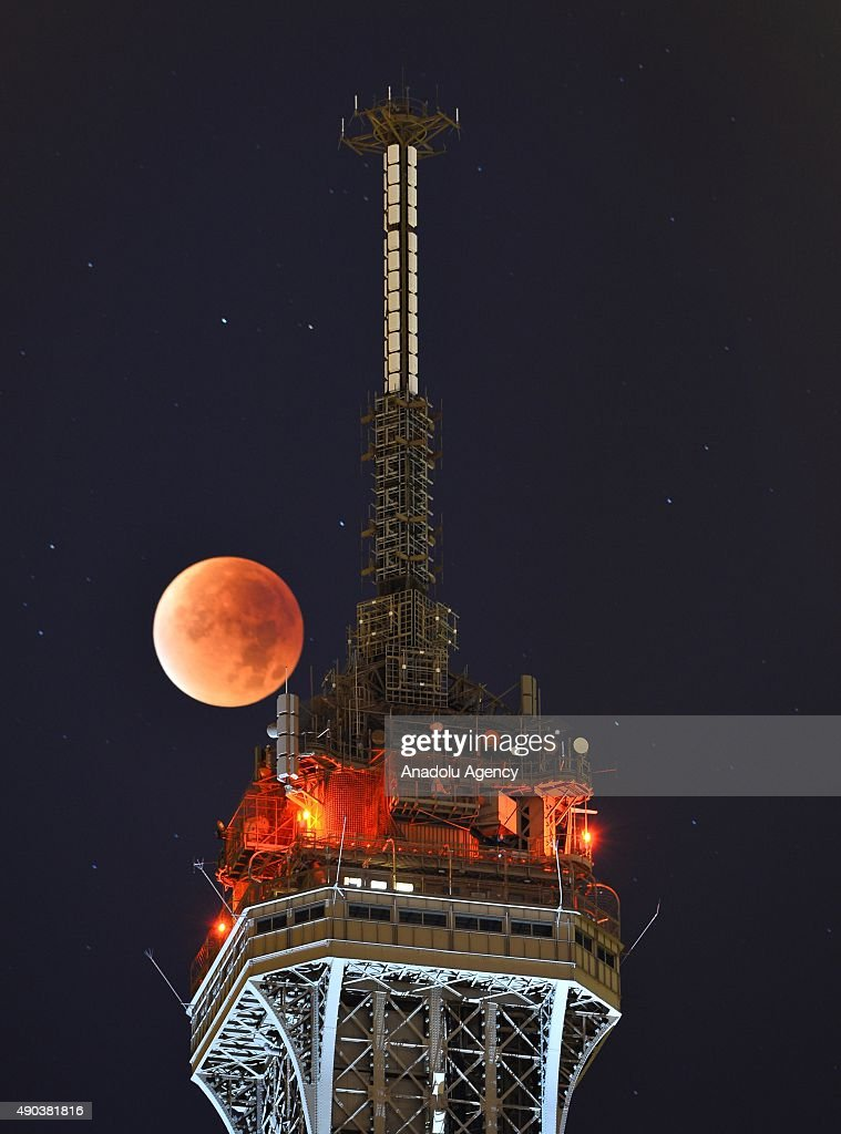 The perigee full moon over Paris : News Photo