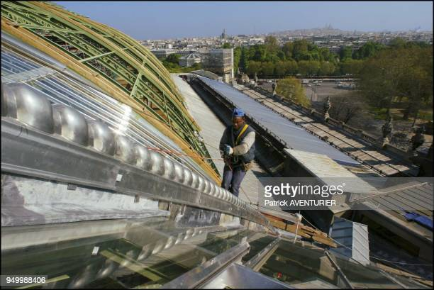 The persons in charge of replacing the zinc ornaments have all had to follow a climbing training to work on the renovation of the Grand Palais
