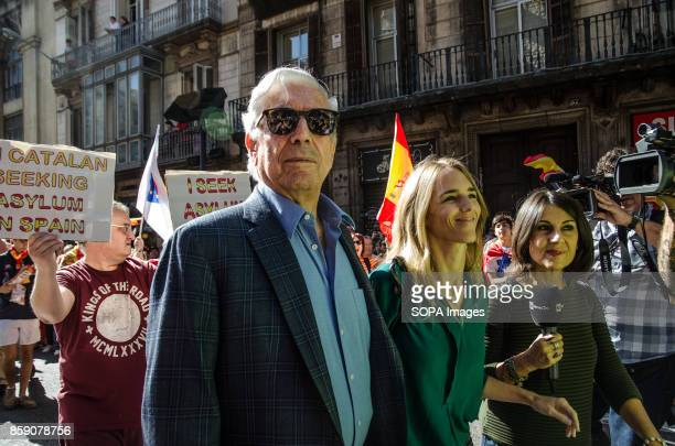The Peruvian writer Vargas Llosa arrives and joined the demonstration Massive demonstration in Barcelona in defense of the unity of Spain Nearly a...