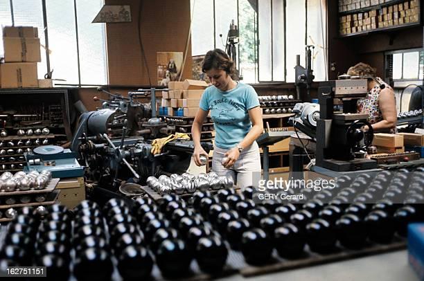 The Petanque Provence juin 1976 La pétanque jeu de boules issu du jeu provençal boules en acier non finies déposées sur une plaque dans une fabrique