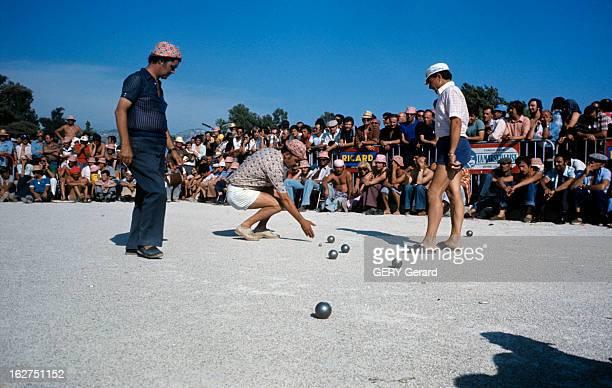 The Petanque Provence juin 1976 La pétanque jeu de boules issu du jeu provençal lors d'un concours sur un terrain de jeux cerné par les spectateurs...