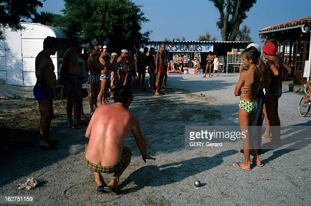 The Petanque Provence juin 1976 La pétanque jeu de boules issu du jeu provençal une partie de pétanque par des vacanciers en camping