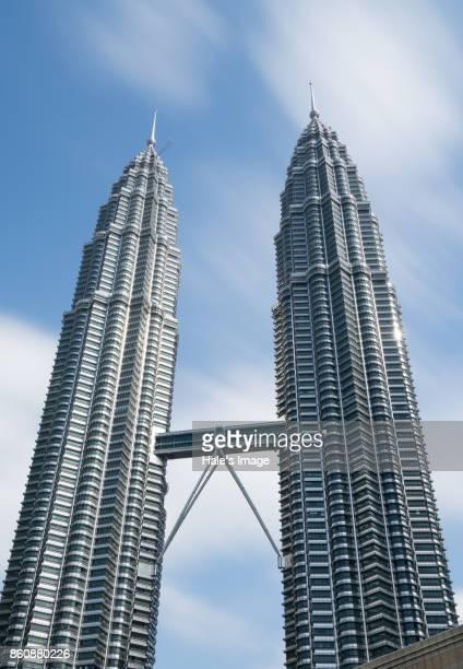 the petronas twin towers in kuala lumpur - torres petronas - fotografias e filmes do acervo