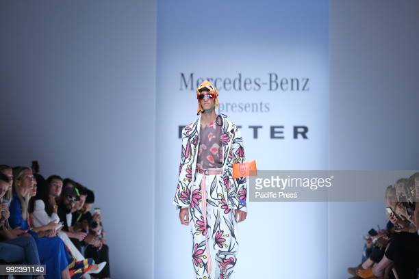 The photo shows a model on the catwalk with the spring/summer 2019 collection by the Botter.