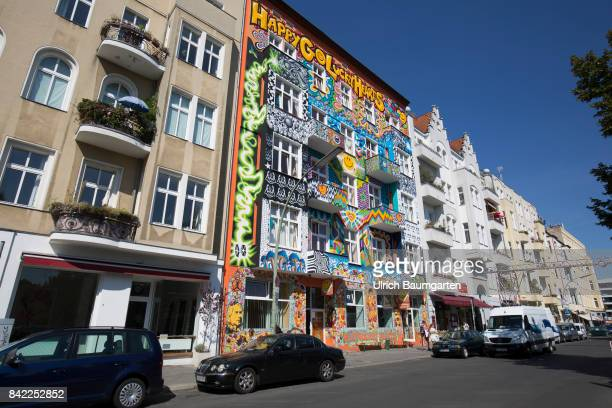 The photo shows the painted exterior facade of the HappyGoLuckyHotel in the Berlin district of Charlottenburg