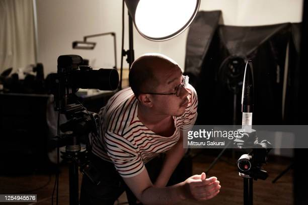 the photographer is shooting alone in the studio - 撮影 ストックフォトと画像