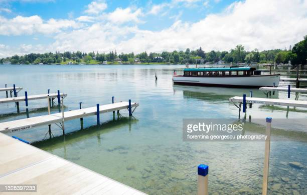 the pier at clift park in downtown skaneateles and excursion boat, new york, usa - スカネアトレス湖 ストックフォトと画像