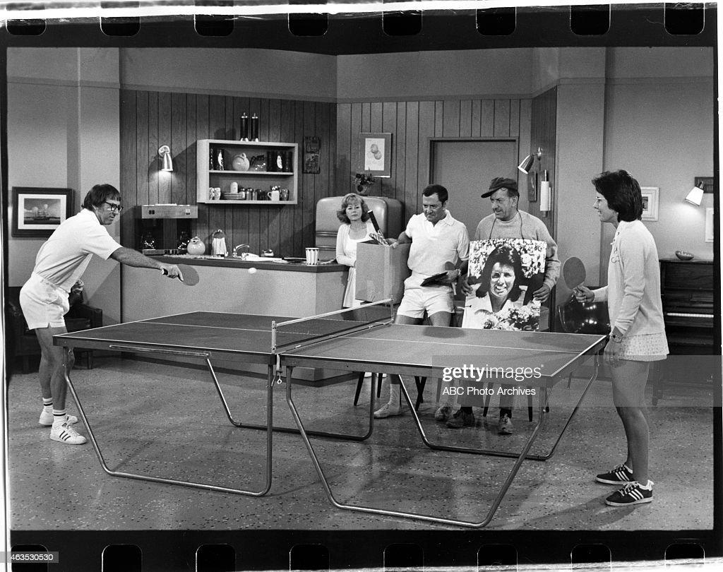 L-R: BOBBY RIGGS;SANDRA GILES;TONY RANDALL;JACK KLUGMAN;BILLIE JEAN KING : News Photo
