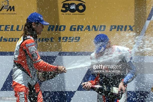The pilot japones Abe Norick de Yamaha D'Antin festeja its victory in podio of categoria 500cc throwing champagne on the North American Kenny Roberts...