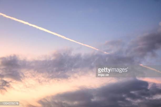 the plane flew over the trail left by asaka - schrägansicht stock-fotos und bilder