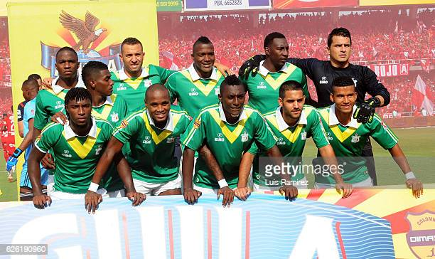 The players of Deportes Quindio pose for a photo prior to a match between America de Cali and Deportes Quindio as part of 6th round of Quadrangular...