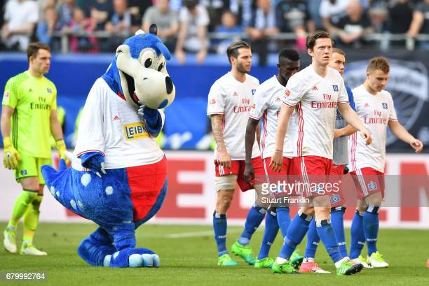 The players of Hamburg look dejected at the end of the Bundesliga match between Hamburger SV and 1 FSV Mainz 05 at Volksparkstadion on May 7 2017 in...