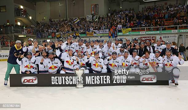 The players of Muenchen pose with the trophy after winning the DEL playoffs final game four between Grizzlys Wolfsburg and Red Bull Muenchen at Eis...