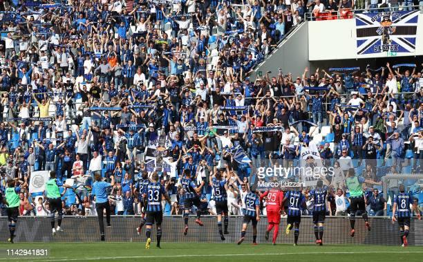 The players of the Atalanta BC celebrate a victory at the end of the Serie A match between Atalanta BC and Genoa CFC at Mapei Stadium Citta del...