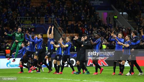 The players of the ÉAtalanta celebrate a victory at the end of the UEFA Champions League round of 16 first leg match between Atalanta and Valencia CF...