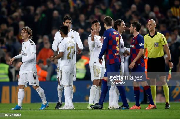 The players shake hands following the Liga match between FC Barcelona and Real Madrid CF at Camp Nou on December 18, 2019 in Barcelona, Spain.