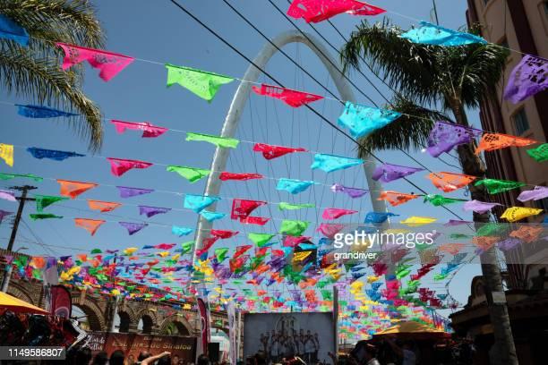 メキシコのティフアナにあるプラザサンタセシリアは、カラフルな吊り旗を持ち、彼らの商品とおいしいメキシコ料理を販売するベンダーを多くの来場者に引き付けます。 - ティフアナ ストックフォトと画像