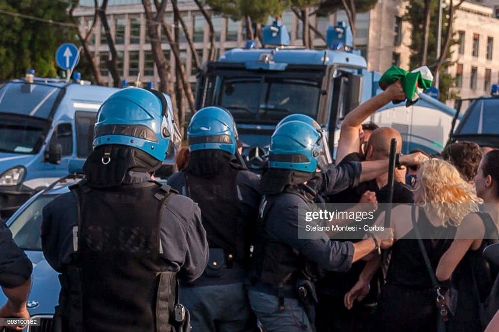 Pro-Palestine activists contest Tour of Italy cycling race : Foto di attualità