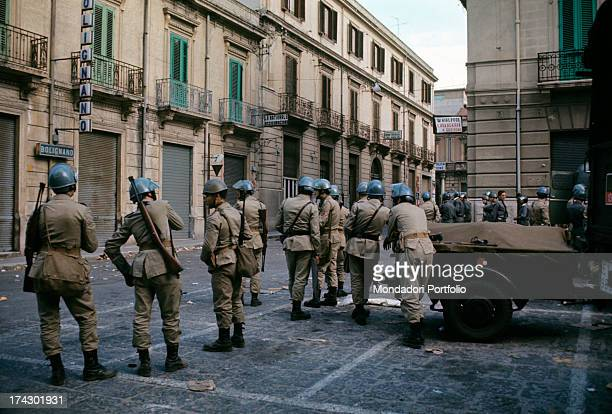 The police guard a road of Reggio Calabria where there are disturbances due to the decision taken by the provincial capital. Reggio Calabria,...