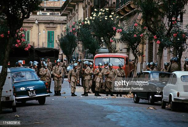 The police guarding a road of Reggio Calabria where there is disorder due to the decision taken by the provincial capital. Reggio Calabria ,...