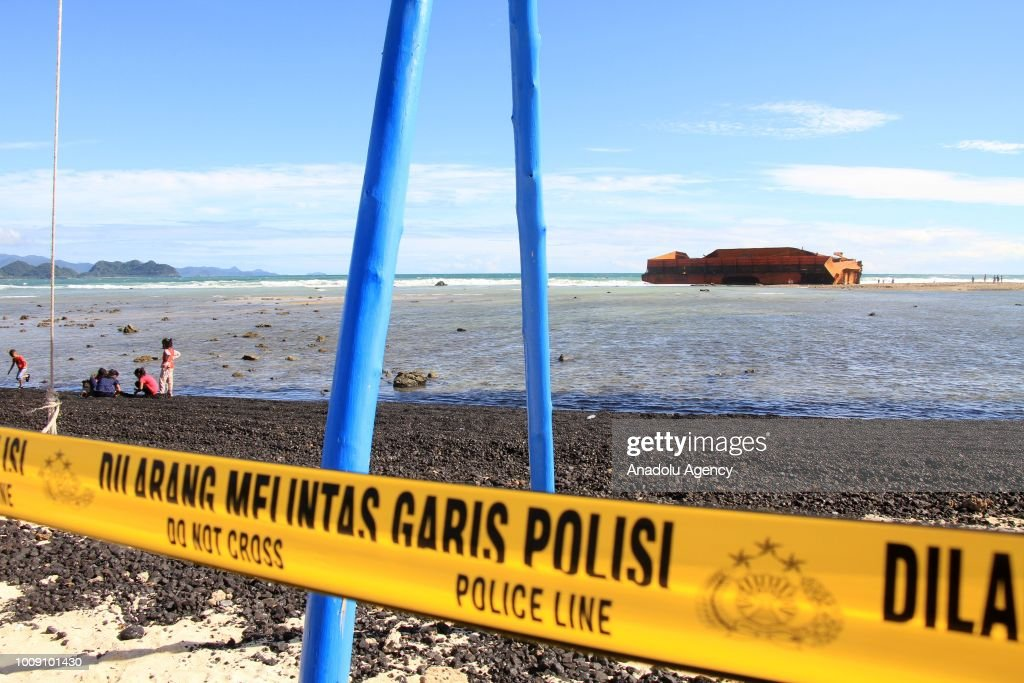 The spilled coal polluted the coast in Aceh : News Photo