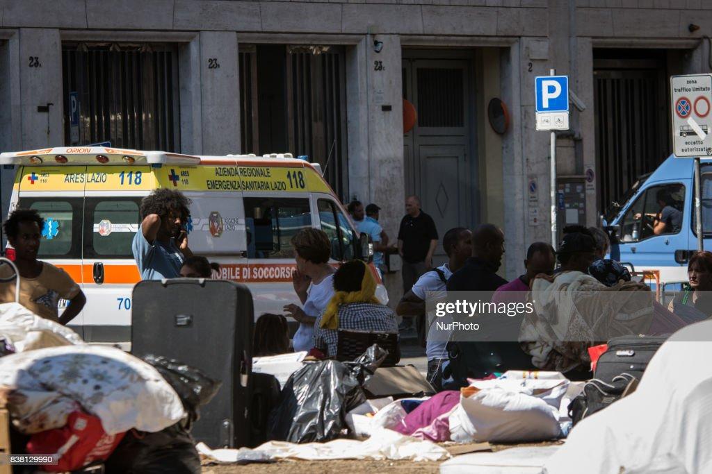 Police Remove Refugees From The Piazza Indipendenza Gardens In Rome : Foto di attualità