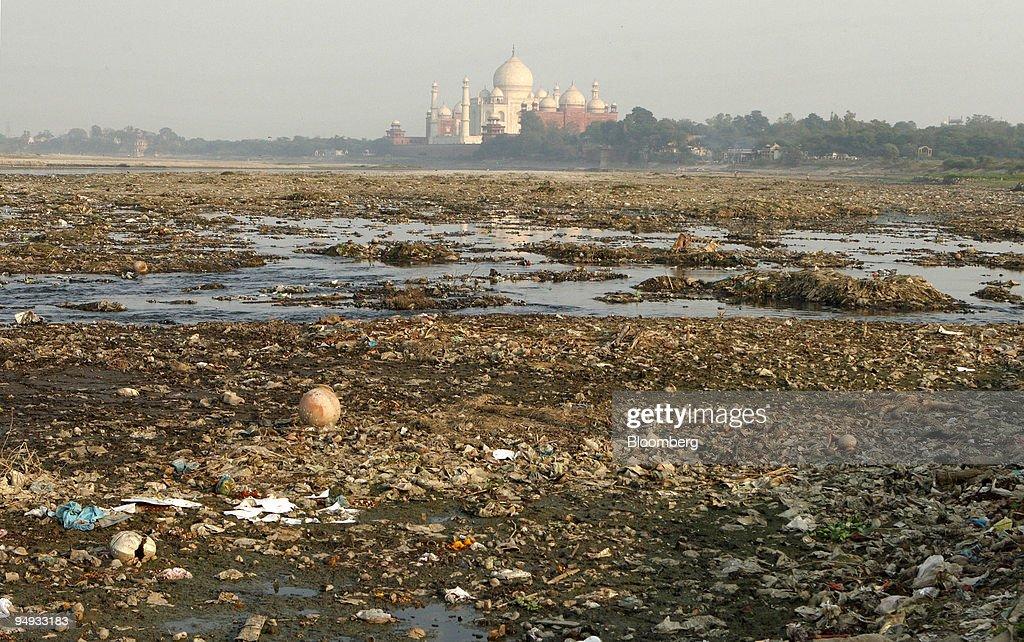 The polluted Yamuna river runs alongside the Taj Mahal in Ag : News Photo