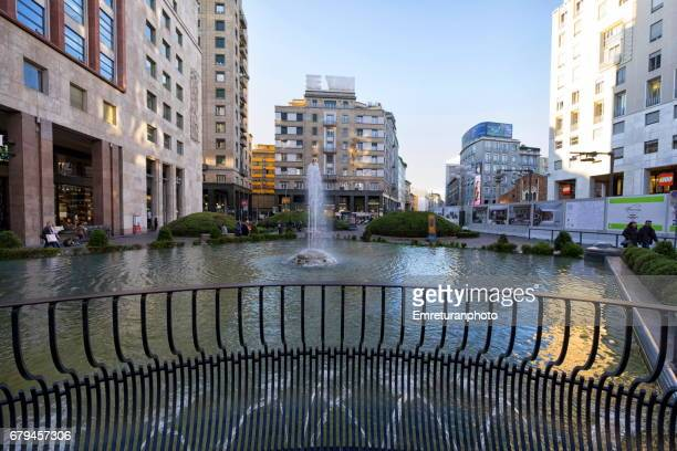 the pond at piazza del babila,milano. - emreturanphoto stock pictures, royalty-free photos & images