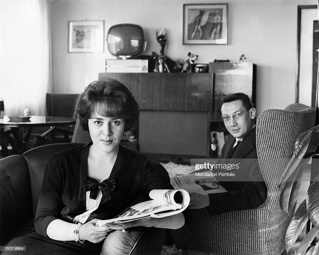 Jula De Palma and Carlo Lanzi are sat on armchairs with a newspaper in their hands : News Photo