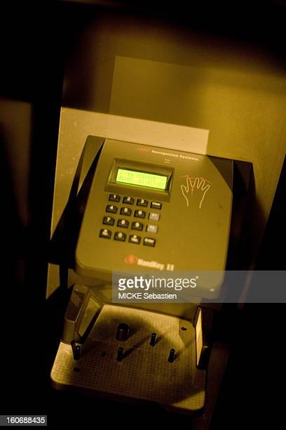 The porter of biometric Black Calvados avenue PierredeISerbia Paris Customers are sheets thanks to the imprint of their finger If the machine beeps...
