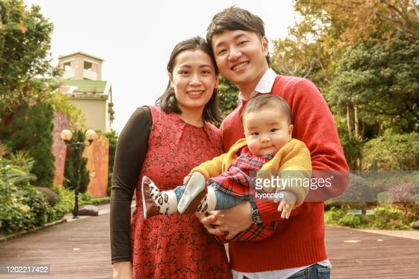 the portrait of asian family - kyonntra stock pictures, royalty-free photos & images