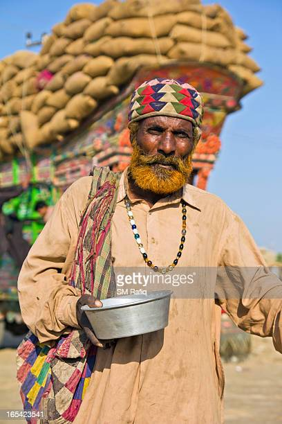 CONTENT] The portrait of begger begging with his bowl at an street of thatta