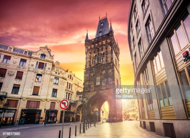 La torre de la pólvora en Praga al amanecer. República Checa