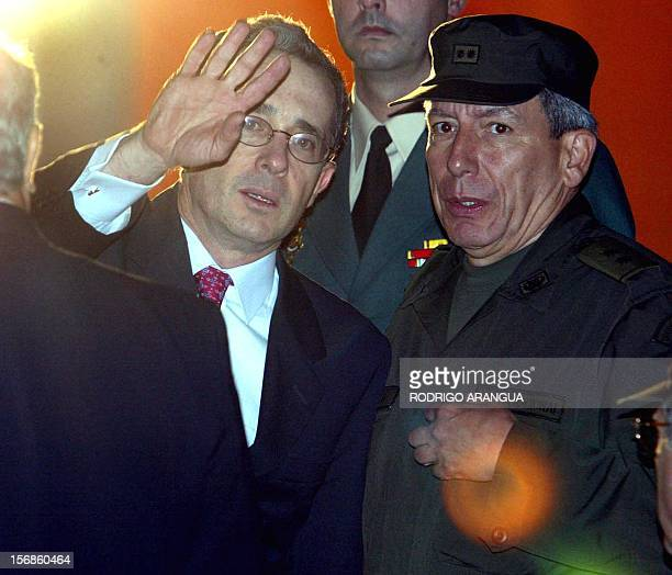 The president of Colombia Alavro Uribe accompanied by the director of the National Police Teodoro Campo greets journalists accompanied 10 September...