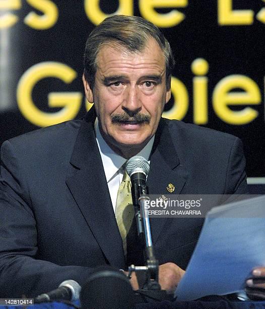 The president of Mexico Vicente Fox addresses the press at the Herradura Hotel in San Jose 12 April 2002 El presidente de Mexico Vicente Fox lee a la...