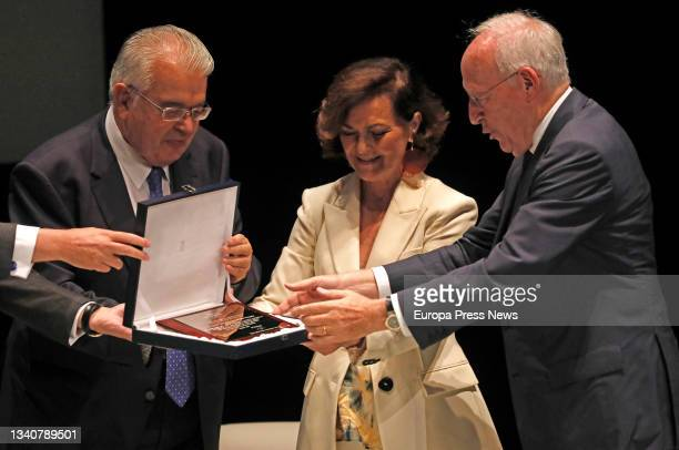 """The president of the Royal Academy of Jurisprudence and Legislation, Manuel Pizarro Moreno , receives the """"Coexistence and Tolerance"""" award from the..."""
