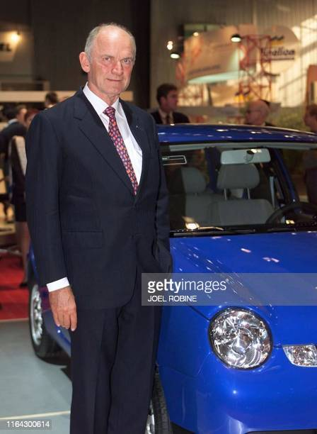 The president of Volkswagen German Ferdinand Piech poses 01 October in Paris in front of the Lupo car a world premiere presentation at the 100th...