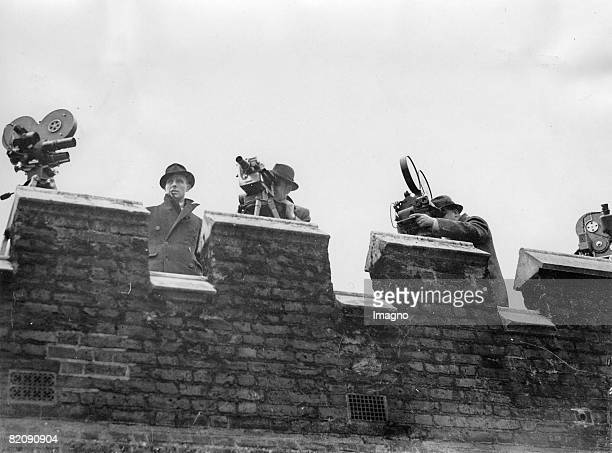 The press is waiting on the roof of StJames's Palace London Photograph March 14th 1936 [Die Presse wartet versammelt am Dach des StJames's Palace...