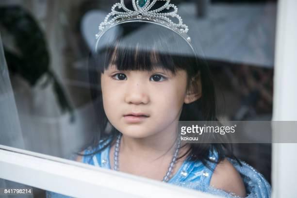 王女は、窓から外に見えます。