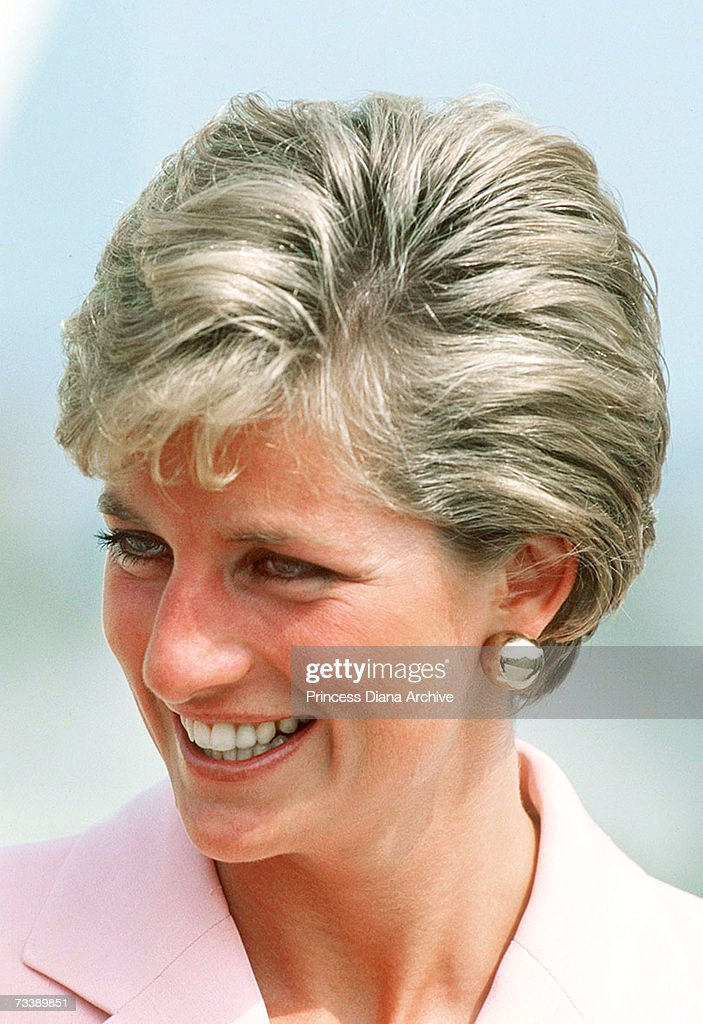 princess diana hair styles the princess of wales wears a new hairstyle during a 9140 | the princess of wales wears a new short hairstyle during a visit to picture id73389851