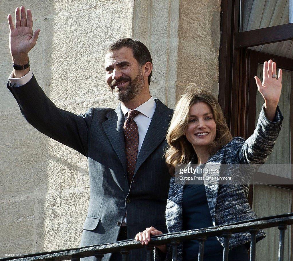 Spanish Princes Felipe and Letizia Visit Miranda de Ebro : News Photo
