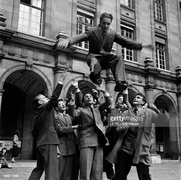The Prize Of The General Contest In La Sorbonne Paris juin 1953 A l'occasion de la remise des prix aux lauréats du concours général dans une cour de...
