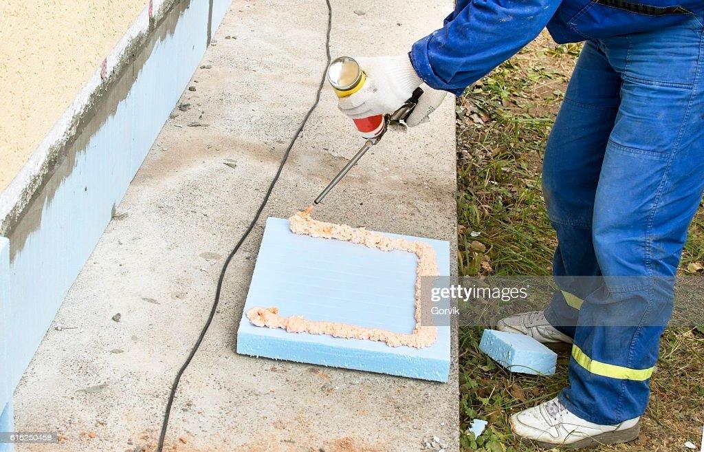 The process of applying construction foam : Foto de stock