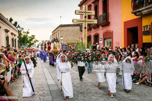 mexiko-ostern in oaxaca-prozession der stille - karwoche stock-fotos und bilder