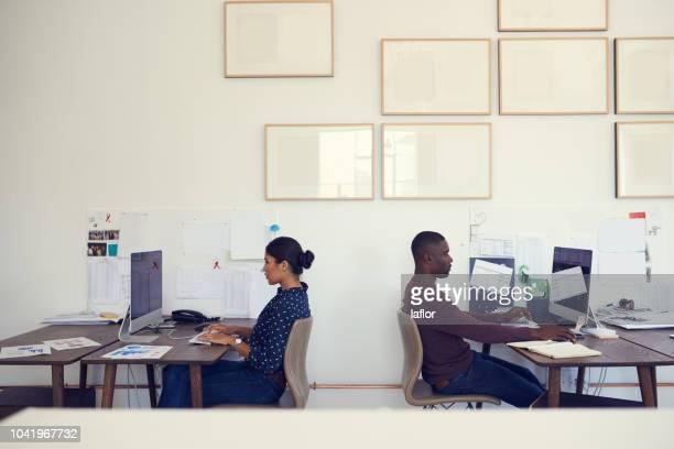 オフィスの生産性の高い側面 - 背中合わせ ストックフォトと画像