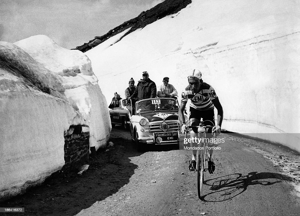 Charly Gaul in a climb during the 42nd Giro d'Italia : News Photo